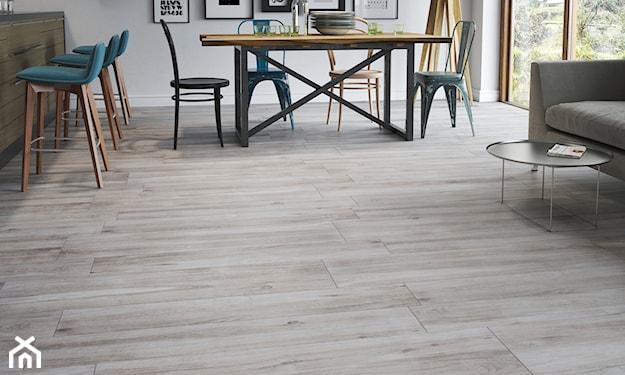 płytki o fakturze drewna w salonie, drewniany stół, beżowa sofa, drewniane hokery
