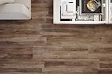 płytki wielkoformatowe o fakturze drewna w salonie