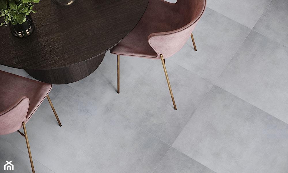 W pomieszczeniach zaprojektowanych na modernistyczną nutę staje się głównym wyznacznikiem kierunku; przejmuje rolę tła, a zarazem najważniejszej ozdoby. Nie potrzebuje wówczas zbyt wielu dodatków. Wystarczą metal, szkło oraz kilka prostych w formie mebli i urządzeń, które nie będą stanowiły dla niego żadnej konkurencji. W klasyce **beton** świetnie wypada z drewnem, w stylu industrialnym z czerwoną cegłą, a w scandi jest towarzyszem bieli oraz przyjemnych w dotyku tekstur; wełny, lnu i juty, które skutecznie łagodzą jego ascetyczne zapędy. **Płytki inspirowane betonem** tworzą oryginalne kompozycje kolorystyczne z butelkową zielenią, granatem oraz grafitami i czernią.