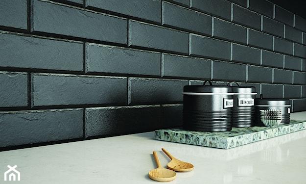 czarne kafelki nad blatem w kuchni