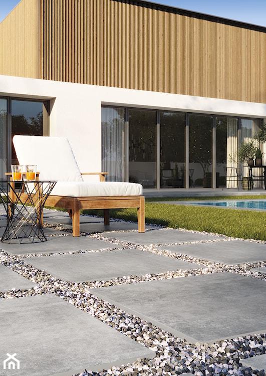 nowoczesny taras, leżak na tarasie, płytki inspirowane betonem na taras, płytki zewnętrzne, wielkoformatowe płytki imitujące beton
