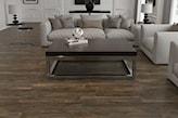 płytki wielkoformatowe o fakturze drewna, beżowa sofa, drewniana ława na metalowych nogach
