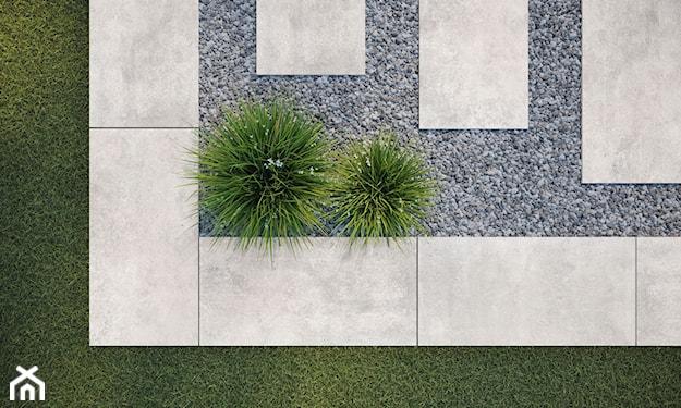 ścieżki w ogrodzie z płytek imitujących beton