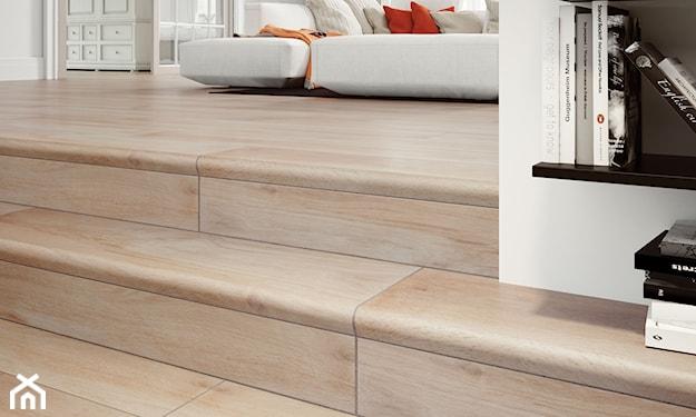 płytki imitujące drewno, schody wewnętrzne, schody w salonie, schody z płytek drewnopodobnych