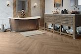 brązowa łazienka z drewnianymi płytkami