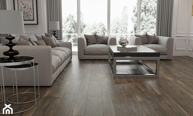 płytki o fakturze drewna, kremowe sofy, szare zasłony, lampa stołowa z białym abażurem