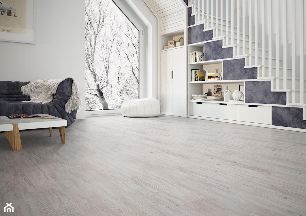 płytki o fakturze drewna, szara sofa, biała pufa, białe schody