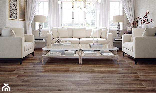 płytki o fakturze drewna, kremowe sofy, salon w stylu glamour