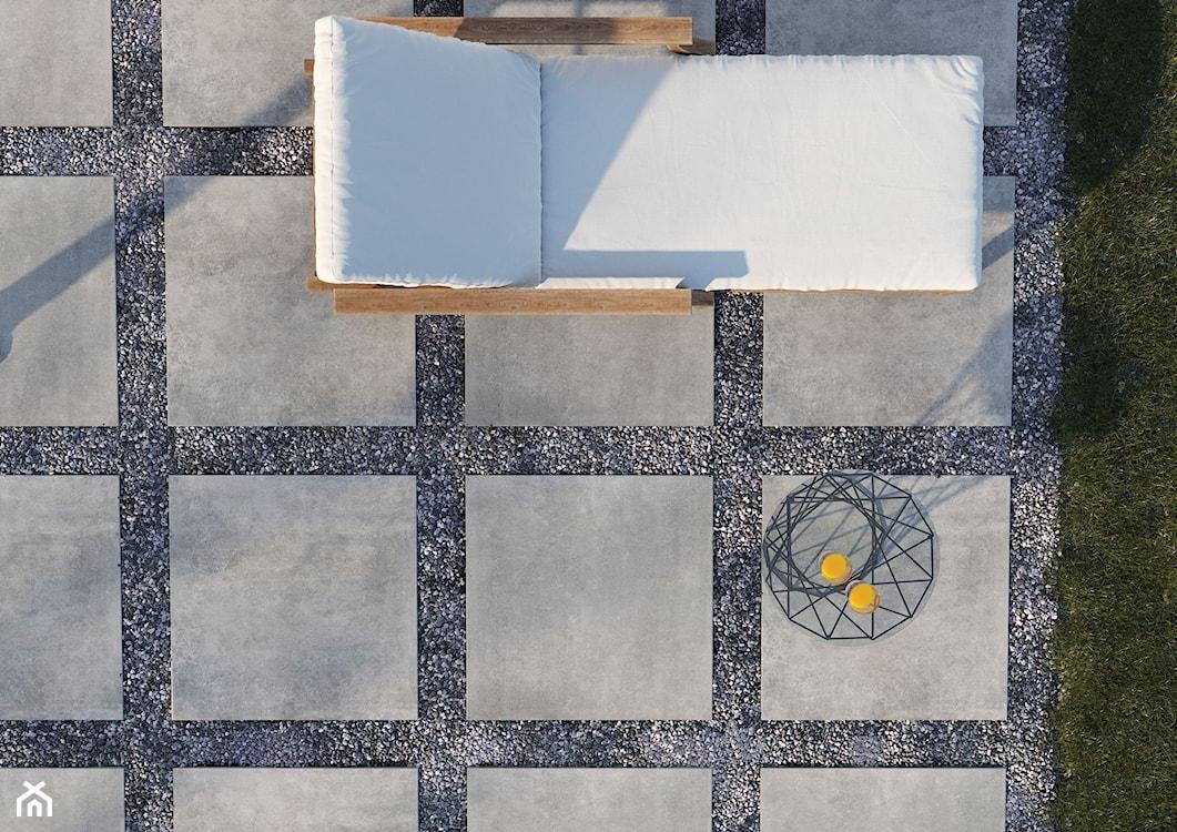 płytki układane na żwirze, montaż płytek na żwirze, wielkoformatowe płytki inspirowane betonem, płytki betonowe