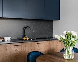 Mieszkanie wakacyjne Tartaczna 2 - Gdańsk - Mała biała czarna kuchnia jednorzędowa w aneksie - zdjęcie od Anna Serafin Architektura Wnętrz