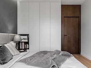 Apartament Altoria 2 - Gdynia - Średnia szara sypialnia małżeńska, styl nowoczesny - zdjęcie od Anna Serafin Architektura Wnętrz