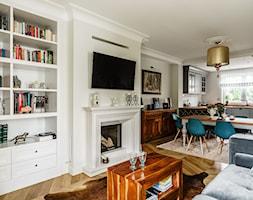 Dom - Gdańsk Oliwa - Duży biały beżowy salon z bibiloteczką z kuchnią z jadalnią, styl klasyczny - zdjęcie od Anna Serafin Architektura Wnętrz