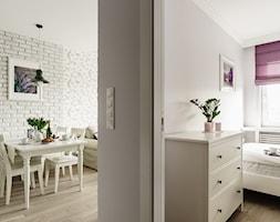 Mieszkanie wakacyjne styl prowansalski – Aviator – Gdańsk - Mały szary hol / przedpokój, styl prowansalski - zdjęcie od Anna Serafin Architektura Wnętrz