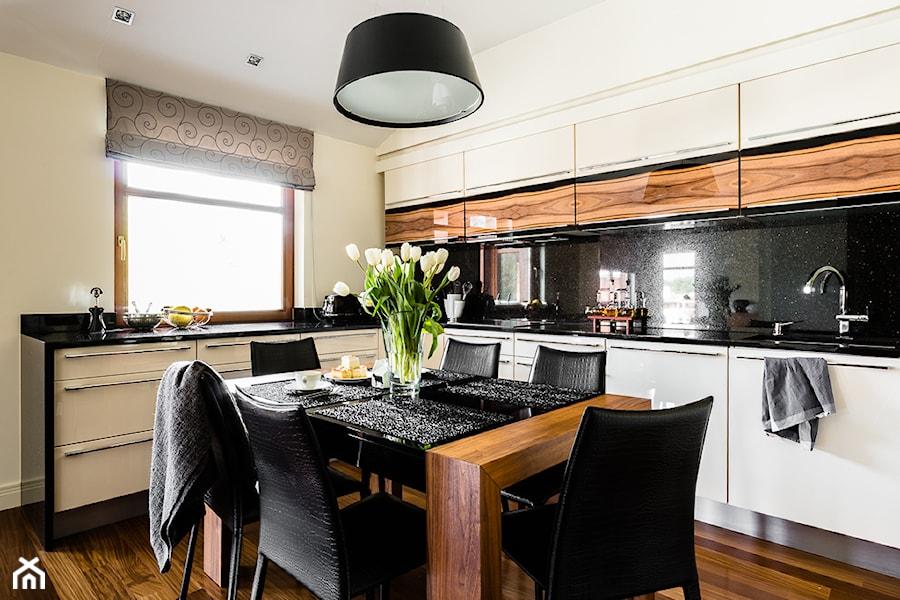 Apartament - Neptun Park - Gdańsk - Duża otwarta biała czarna kuchnia w kształcie litery l, styl nowoczesny - zdjęcie od Anna Serafin Architektura Wnętrz