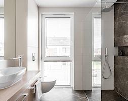 Apartament - Gdynia Kosakowo - Mała łazienka w bloku w domu jednorodzinnym z oknem - zdjęcie od Anna Serafin Architektura Wnętrz