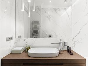 Apartamenty Na Polanie 2 – Gdynia - Mała biała łazienka na poddaszu w bloku w domu jednorodzinnym bez okna - zdjęcie od Anna Serafin Architektura Wnętrz
