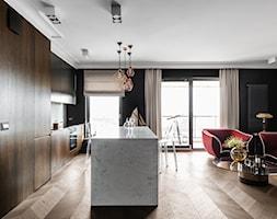 Apartament nad Motławą - Gdańsk - Duży szary czarny salon z kuchnią z jadalnią - zdjęcie od Anna Serafin Architektura Wnętrz
