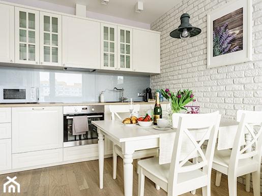 Biała kuchnia  jaka podłoga? Jak dobierać kolory w kuchni?  Homebook pl -> Biala Kuchnia Z Drewnianym Blatem Jaka Podloga