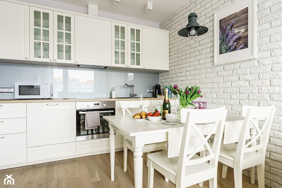 Apartament prowansalski – Aviator – Gdańsk  Średnia otwarta kuchnia jednorzę   -> Kuchnia W Kolorze Mietowym