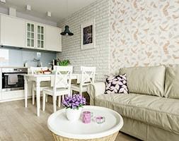 Mieszkanie wakacyjne styl prowansalski – Aviator – Gdańsk - Mały biały salon z kuchnią z jadalnią, styl prowansalski - zdjęcie od Anna Serafin Architektura Wnętrz