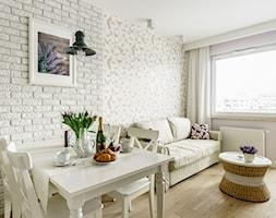 Mieszkanie wakacyjne styl prowansalski – Aviator – Gdańsk - Mała otwarta biała jadalnia w salonie, styl prowansalski - zdjęcie od Anna Serafin Architektura Wnętrz