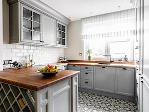 Dom - Gdańsk Oliwa - Średnia otwarta biała kuchnia w kształcie litery g z wyspą, styl klasyczny - zdjęcie od Anna Serafin Architektura Wnętrz