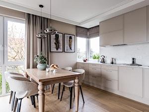 Apartament - Gdynia Kosakowo - Średnia otwarta biała beżowa kuchnia jednorzędowa z oknem - zdjęcie od Anna Serafin Architektura Wnętrz