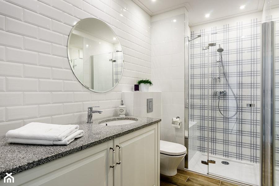 Mieszkanie wakacyjne styl prowansalski – Aviator – Gdańsk - Mała biała łazienka w bloku w domu jednorodzinnym bez okna, styl prowansalski - zdjęcie od Anna Serafin Architektura Wnętrz