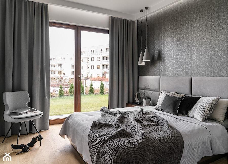 Apartament Altoria 2 - Gdynia - Średnia biała sypialnia małżeńska z balkonem / tarasem, styl nowoczesny - zdjęcie od Anna Serafin Architektura Wnętrz