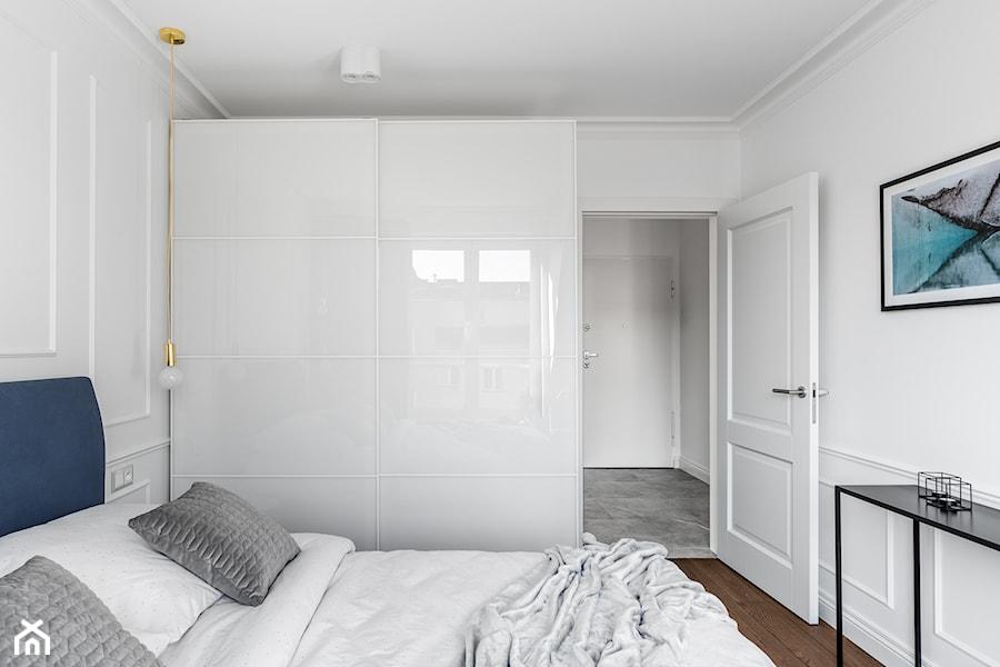 Mieszkanie wakacyjne Tartaczna 2 - Gdańsk - Mała biała sypialnia małżeńska - zdjęcie od Anna Serafin Architektura Wnętrz