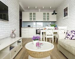 Mieszkanie wakacyjne styl prowansalski – Aviator – Gdańsk - Mały biały niebieski salon z kuchnią z jadalnią, styl prowansalski - zdjęcie od Anna Serafin Architektura Wnętrz