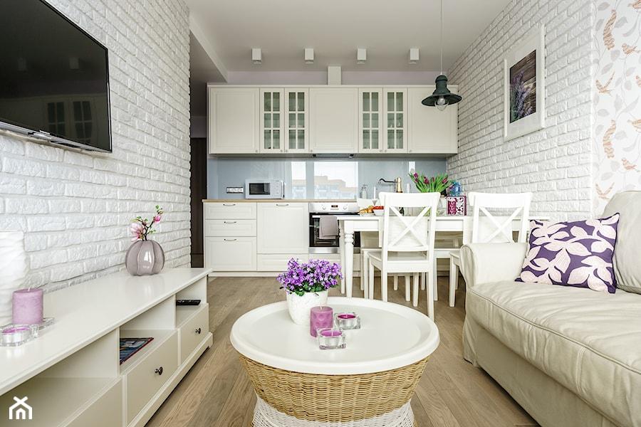 mieszkanie wakacyjne styl prowansalski aviator gda sk ma y bia y niebieski salon z kuchni. Black Bedroom Furniture Sets. Home Design Ideas
