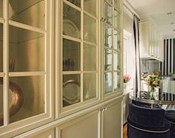 Kuchnia - Średnia otwarta biała szara czarna kuchnia w kształcie litery l z oknem, styl klasyczny - zdjęcie od VAVASIS - Homebook