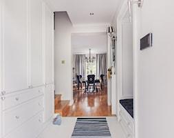 Przedpokój - Średni biały hol / przedpokój, styl klasyczny - zdjęcie od VAVASIS - Homebook