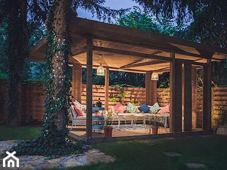 Aranżacje wnętrz - Ogród: Altana Ogrodowa - Średni ogród za domem, styl prowansalski - VAVASIS. Przeglądaj, dodawaj i zapisuj najlepsze zdjęcia, pomysły i inspiracje designerskie. W bazie mamy już prawie milion fotografii!