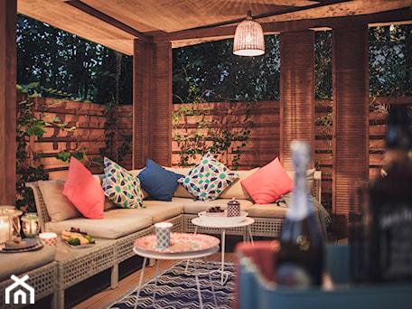 Aranżacje wnętrz - Ogród: Altana Ogrodowa - Średni ogród za domem z pergolą, styl prowansalski - VAVASIS. Przeglądaj, dodawaj i zapisuj najlepsze zdjęcia, pomysły i inspiracje designerskie. W bazie mamy już prawie milion fotografii!
