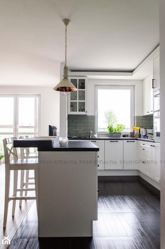 Realizacja | Nastrojowa kuchnia - Średnia otwarta biała zielona kuchnia w kształcie litery l z wyspą ... - zdjęcie od Studio Malina – Architekci & Projektanci wnętrz - Homebook