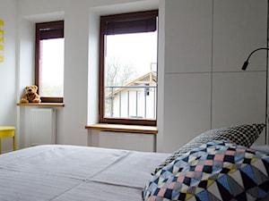 REALIZACJA   pomiędzy dwoma miastami – mieszkanie - Średnia biała sypialnia, styl skandynawski - zdjęcie od Studio Malina – Architekci & Projektanci wnętrz