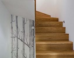 REALIZACJA | spokój pod miastem - Średnie wąskie schody jednobiegowe zabiegowe kręcone drewniane, styl skandynawski - zdjęcie od Studio Malina – Architekci & Projektanci wnętrz