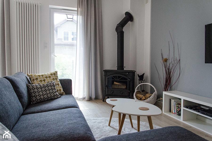 REALIZACJA | spokój pod miastem - Mały szary biały salon, styl skandynawski - zdjęcie od Studio Malina – Architekci & Projektanci wnętrz