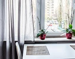 Realizacja | Skandynawskie mieszkanie dla pary z kotem - Mała otwarta biała jadalnia, styl skandynawski - zdjęcie od Studio Malina – Architekci & Projektanci wnętrz