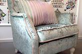 połyskujący fotel z aksamitu w kolorze miętowym