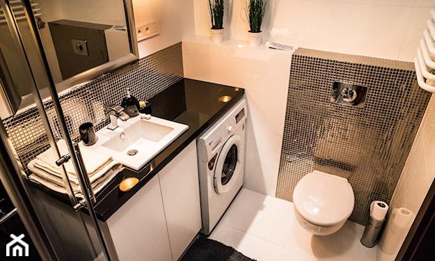 białe ściany, czarny blat w łazience, mała łazienka, srebrne kafelki w łazience