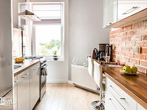 Kamienica Giżycko - Średnia szara kuchnia dwurzędowa w aneksie, styl glamour - zdjęcie od betterthings