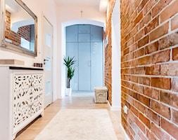 Kamienica Giżycko - Średni biały brązowy hol / przedpokój, styl glamour - zdjęcie od betterthings