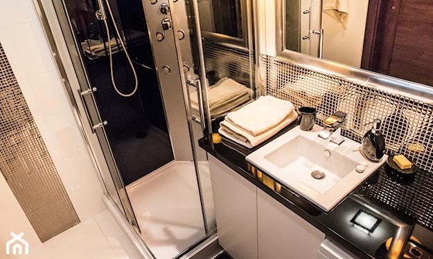 nieduża łazienka z narożnym prysznicem i srebrnymi płytkami