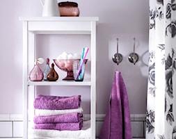 Kolor i deseń: Kolor miesiąca - lila - Mała biała różowa łazienka w bloku w domu jednorodzinnym bez okna, styl prowansalski - zdjęcie od Small world of design