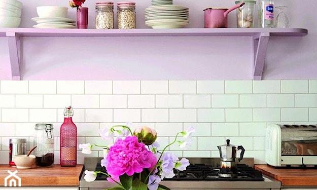 biało-liliowa kuchnia w stylu vintage