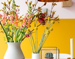 Kolor i deseń: Kolor miesiąca - intensywny żółty - Mała zamknięta biała żółta jadalnia jako osobne pomieszczenie, styl skandynawski - zdjęcie od Small world of design