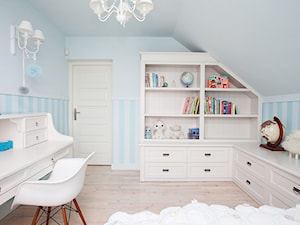 pokój księżniczki - Średni pastelowy niebieski pokój dziecka dla dziewczynki dla malucha, styl klasyczny - zdjęcie od Małgorzata Kamińska Projektant wnętrz
